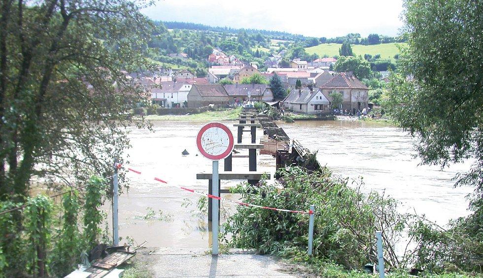 Torzo lávky po ničivých povodních.