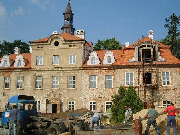 Takto vypadaly práce na zámku před rokem.