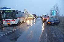 Autobus narazil do osobního auta, řidiče pak srazil mercedes