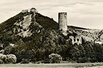 Hrad Točník a zřícenina hradu Žebrák patří k sobě. Foto pochází z počátku 20. století.
