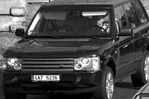Neznámá dvojice páchá v odcizeném vozidle trestnou činnost