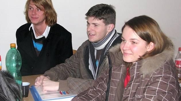 Studenti berounského gymnázia sedí v horních patrech školy v zimnících