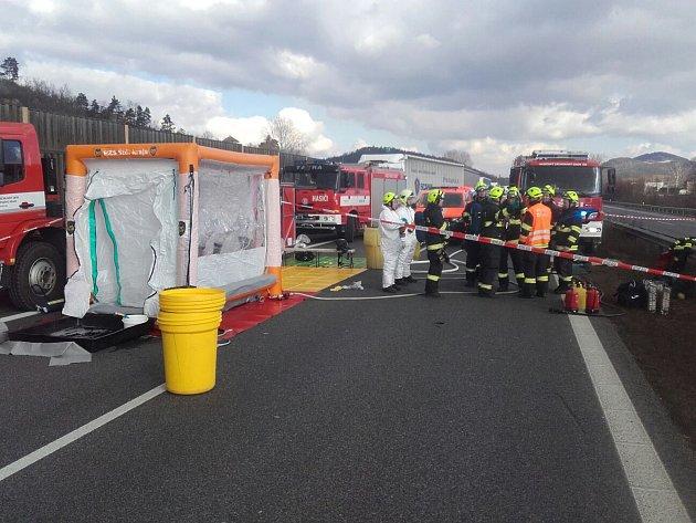 Bez zranění, ale ne bez citelnějších dopravních komplikací, se v úterý krátce před polednem obešla dopravní nehoda nákladního auta převážejícího látku kvalifikovanou jako nebezpečný náklad – polymerové kuličky.