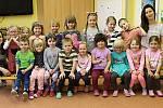 Mateřská škola v Chyňavě: Sluníčka s učitelkou Terezou Kuchařovou a s asistentkou pedagoga Annou Matysovou.
