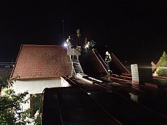 Při likvidaci požáru střechy rodinného domu v Popovicích v Králově Dvoře hasiči použili hasicí hřeb. Díky němu spotřebovali minimum vody.
