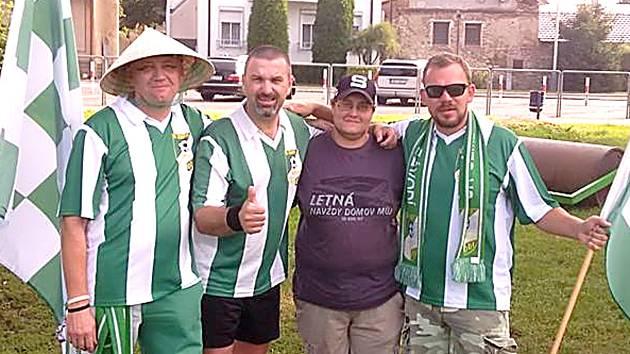 Fanoušci Cembritu slaví hattrick Josefa Kliera (druhý zleva) proti týmu Baníku Mořina.
