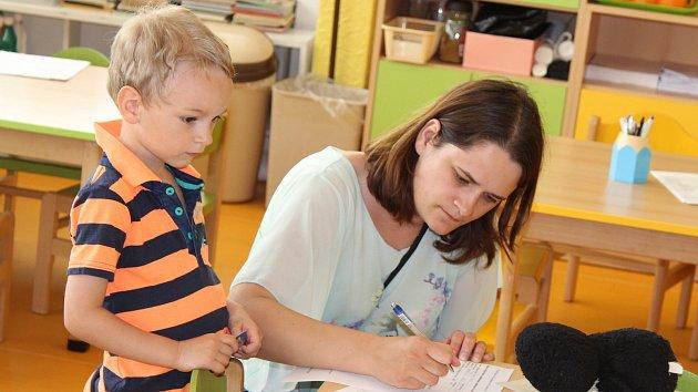 Kapacita mateřských škol v Králově Dvoře enormnímu zájmu rodičů o umístění dětí nestačí.