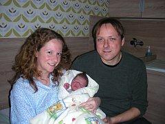Vít Průcha si spokojeně hoví v náručí rodičů Kristýny a Petra, kteří ho přivedli společně na svět 7. prosince 2015. Chlapeček vážil po porodu 3,61 kg a měřil 51 cm. Doma v Osově se na brášku těší dvouletý Ondrášek.