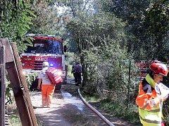 Požár chaty v Zadní Třebani si vyžádal zásah několika jednotek hasičů