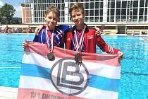 Úspěšní plavci z letního šampionátu Štěpán Palata (vpravo) a Jan Valečka se s několika dalším přemístili na brněnskou olympiádu.