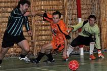 Futsalisté Tomaka (oranžové dresy) porazili C-Systém 6:4.