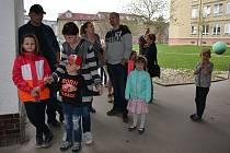 OBRAZEM: Děti se k Zápisu do Základní školy Dukelská ve Strakonicích dostavily v doprovodu rodičů a starších sourozenců.