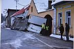 V ostré zatáčce u pražírny kávy v Drahonicích došlo v posledních letech již k desítkám dopravních nehod.
