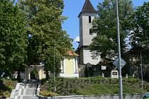 Kostel sv. Václava a zrekonstruovaný vstup na hřbitov.