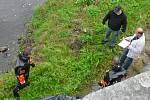 Na řece Otavě ve Strakonicích zasahovali policisté, hasiči i členové zásahové jednotky - specialisté potápěči.