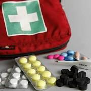 V lékárně na výdeji na recept i na výdeji bez předpisu by se měl farmaceut nebo farmaceutický asistent dozvědět o všech užívaných léčivech.