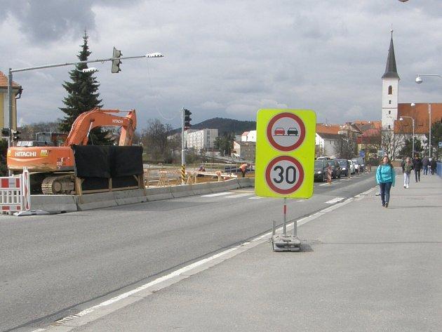Zrušený přechod na mostě Jana Palacha.