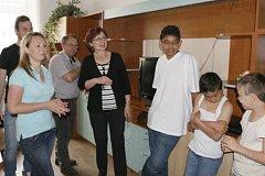 Od 1. srpna bude ředitelkou Dětského domova v Volyni Anežka Hosnedlová (uprostřed). Za ní stojí dosavadní ředitel Jiří Pán.