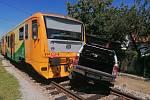 Auto se ve čtvrtek dopoledne srazilo s osobním vlakem na železničním přejezdu v Mačkově u Blatné.