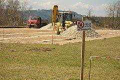 U základní školy v Radomyšli se stavělo nové sportovní hřiště. Nyní bude slavnostně otevřené.