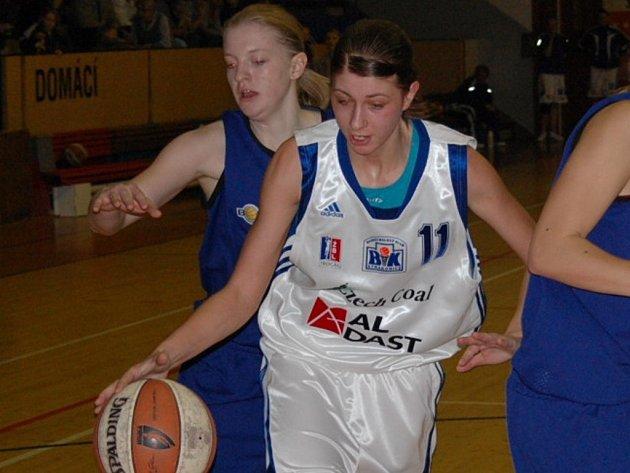 Osmnáctiletá Petra Lukešová odehrála proti Ústí nad Labem více než 15 minut. Dala tři body.