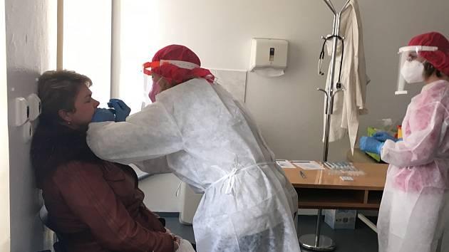 První zájemci přišli ve středu 3. března na antigenní testy na nemoc covid - 19 do testovacího místa ve Vodňanech. Foto: Kateřina Koželuhová, Nemocnice Strakonice, a.s.