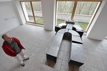 První letošní výstavu ve funerální galerii Na shledanou v nedostavěné smuteční síni na hřbitově na vrchu Malsička nad Volyní instaloval Jan Turner a jmenuje se Mistrovství života.
