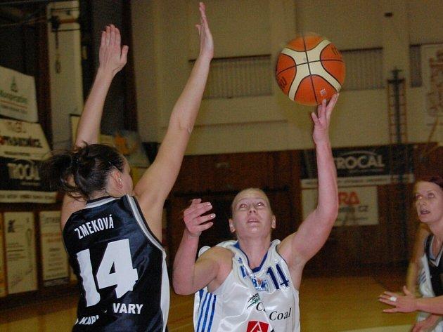 Napočtvrté strakonické basketbalistky v lize na Karlovy Vary nestačily. Venku podlehly 59:70 (na snímku vpravo je autorka sedmi bodů Michaela Stará).