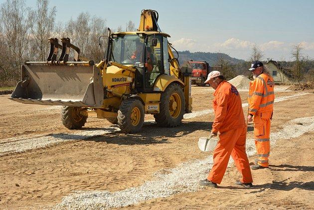 U základní školy v Radomyšli staví nové sportovní hřiště.