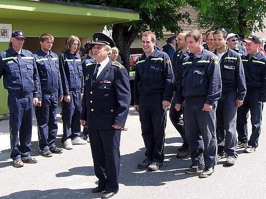 Místní sbor dobrovolných hasičů před Obecním úřadem ve Lnářích.