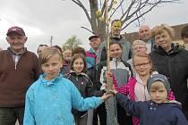 Obyvatelé malé vísky u Bavorova vysadili na 1. máje památnou lípu.