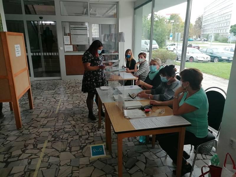 2. kolo senátních voleb na Strakonicku. Volební okrsek č. 20 v budově Finančního úřadu ve Strakonicích.