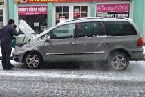 Sněžení v úterý ráno 15. března některé řidiče překvapilo.