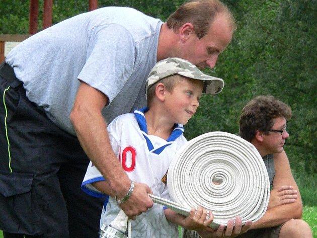 Na prvním setkání se mohli chlapci seznámit s hasičskou technikou  a jejich starší kolegové je naučili  smotávat a rozhazovat hadice.