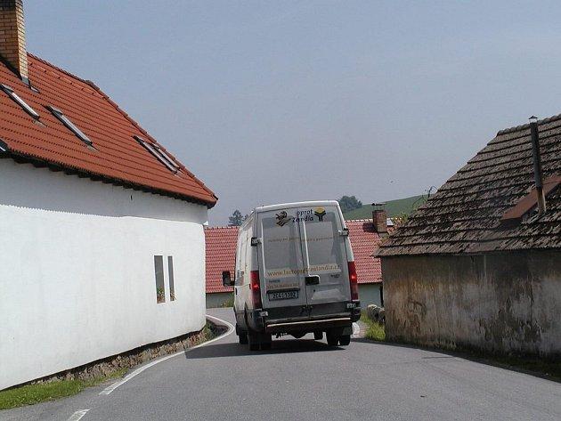 Bývalé hospodářské stavení (vpravo) padne za oběť silnici.