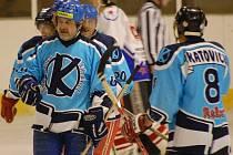 Hokejistům Katovic se v letošní sezoně okresního přeboru daří (na snímku v popředí je Pavel Zeman).