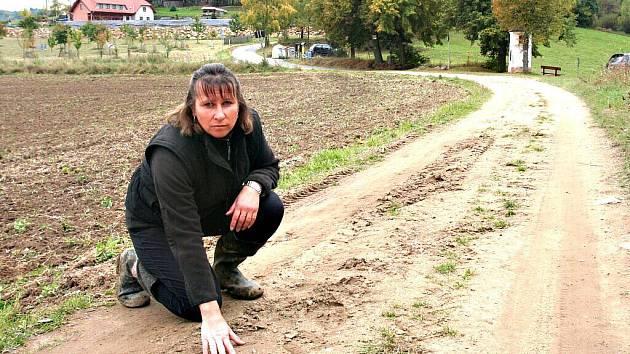 Beata Kohoutová ukazuje na místo, kde byl její pes smrtelně postřelen.