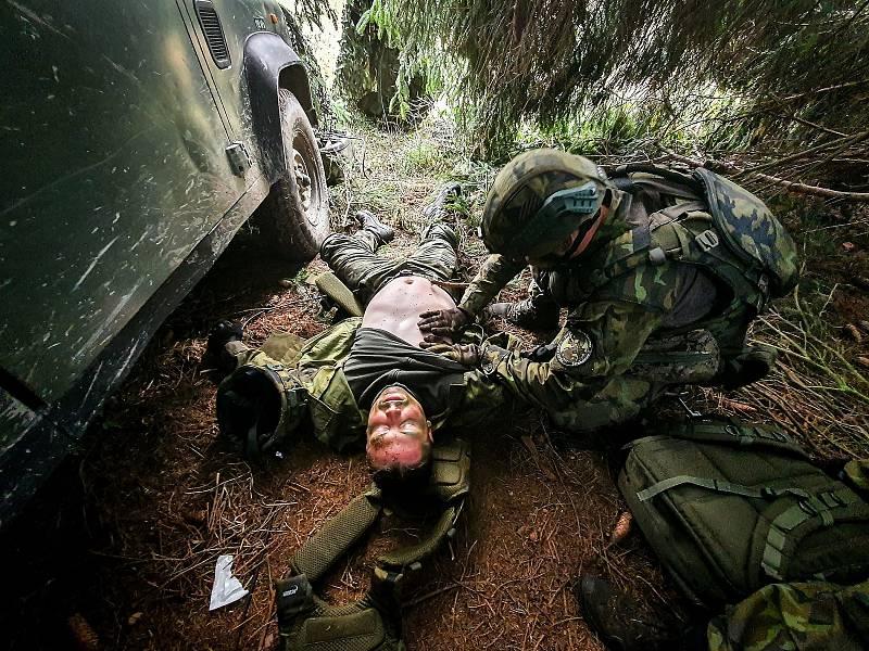 Jeden ze simulovaných incidentů – ošetření zraněného vojáka. Foto: VeKySIO