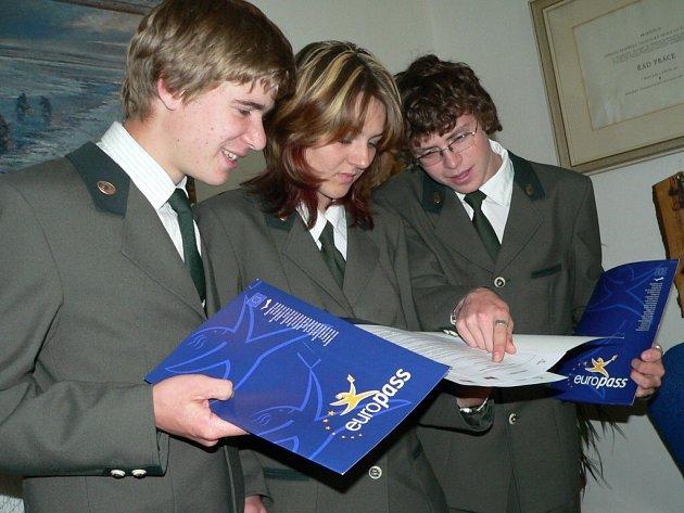 Na snímku si europas prohlížejí druháci Václav Melka, Tereza Píšková a  Pavel  Němec (zleva).