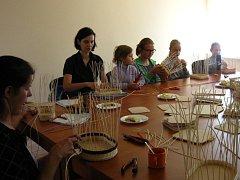 Kulturně vzdělávací spolek žen Přešťovice pořádá ve spolupráci s obcí různé akce. Například pletení košíků z pedigu.