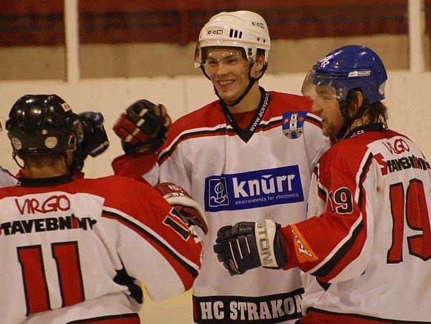 Postup! Strakoničtí hokejisté vyhráli rozhodující třetí utkání čtvrtfinále nad Velkou Radouní 8:1.