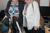 Kabelky přinesly v uplynulém týdnu také Marta Sluková (vlevo) a Eva Žáková.