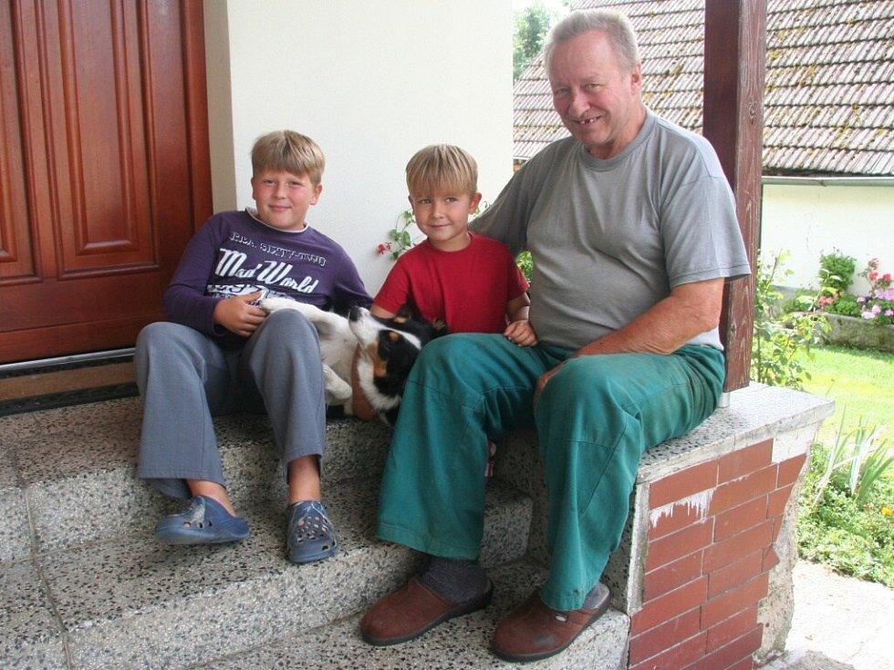 Karel Brousek s vnuky Pavlem (vlevo) a Honzou. Oba film viděli a líbí se jim.