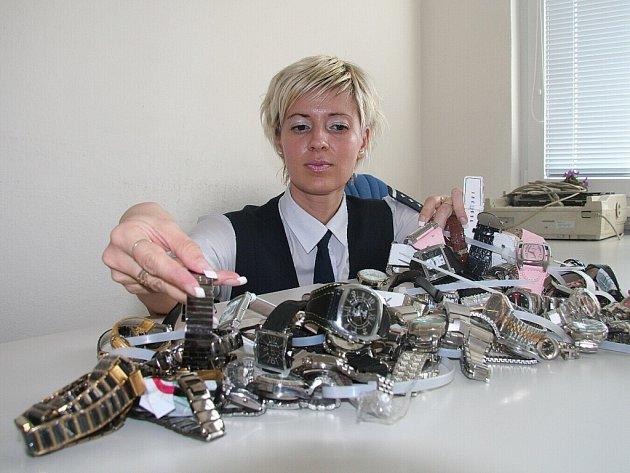 Při zátahu ve Strážném zabavili celníci i padělky luxusních hodinek.