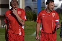 Tomáš Kostka a Stanislav Šíp (zleva). Fotbalisté Strakonic vyrůstají zdatní nástupci, fotbal jim jde i na písku.