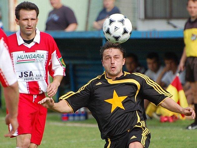 Vodňany doma utrpěly debakl, Čížové podlehly 1:5. Na snímku jsou Jan Jakš (v tmavém) a hostující Martin Souhrada.