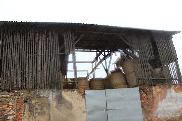 VHodějove zničila bouře střechu na hale se senem.