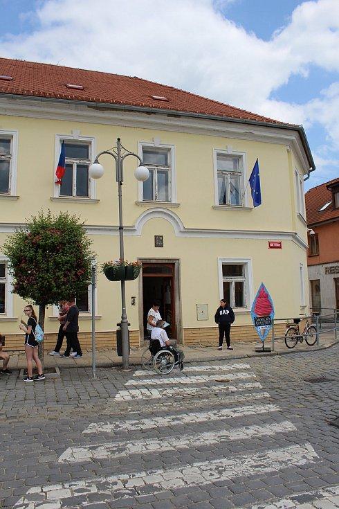 Vodňanští museli kvůli organizaci rybářských dnů přesunout tři volební okrsky z radnice do budov bývalé Základní umělecké školy.