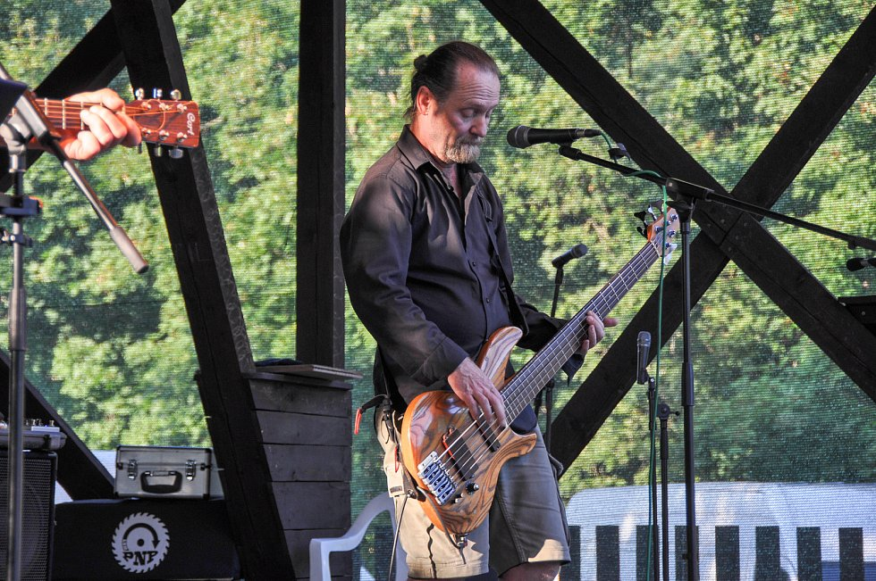 Pátý ročník Chuman festu zahájila v sobotu 4. září 2021 kapela Svatopluk na koupališti ve Volyni.