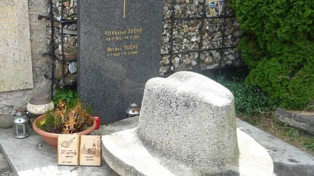Hrob Michala Tučného, legendy české country hudby.